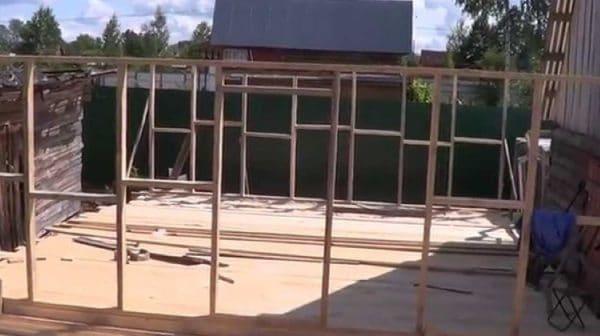 После завершения работ с фундаментом курятника возводят стены