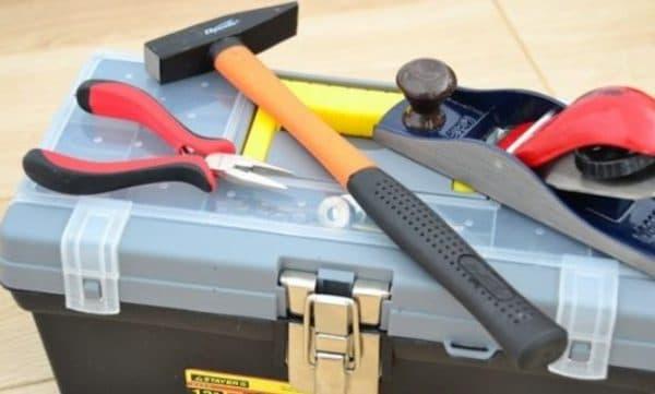 Обладая минимальными столярными навыками, изготовить брудер своими не составит сложности