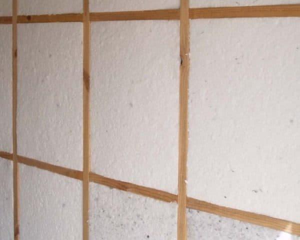 Пенопласт станет отличным выбором для утепления стен курятника благодаря выигрышному соотношению цена — качество